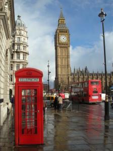 Una classica veduta di Londra: il Big Ben, la cabina telefonica e un autobus a due piani